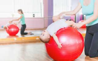 Занятие на мяче с грудничком 2 месяца. Полезное видео об упражнениях для новорожденных